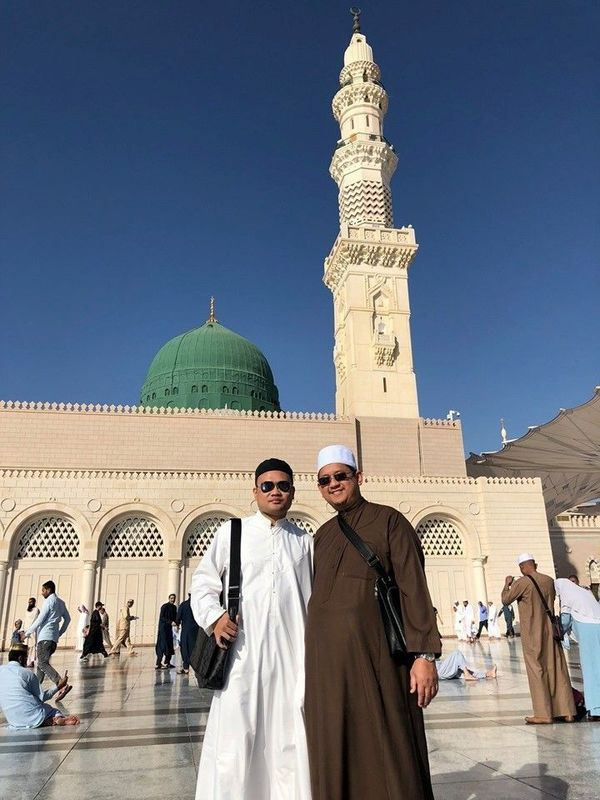 Mufti Fatris Bakaram posing in front of the Prophet's mosque Masjid Nabawi in Saudi.