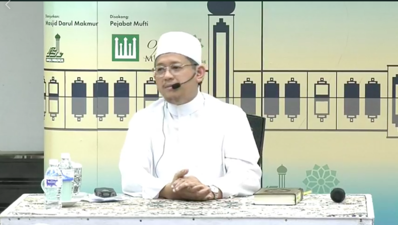 Mufti Fatris Bakaram streams Kuliah Tafsir live every week on MuslimSg's Facebook page.