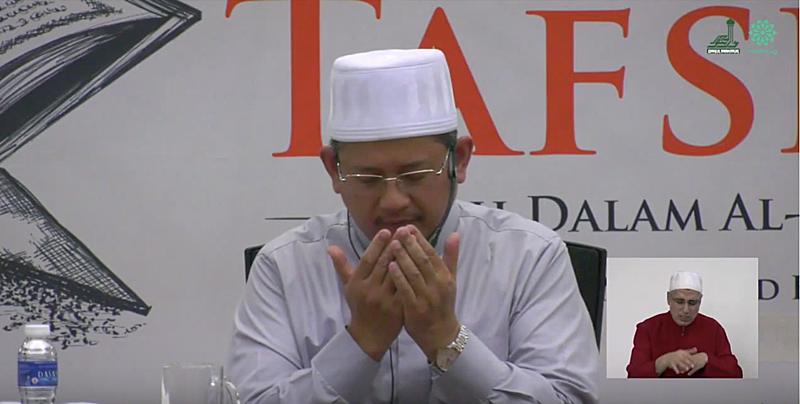 Dua Ustaz Fatris Bakaram at Kuliah Tafsir at Darul Makmur Mosque
